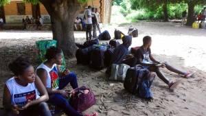 Deine Reiselust   Die Studierenden warten auf eine Mitfahrgelegenheit