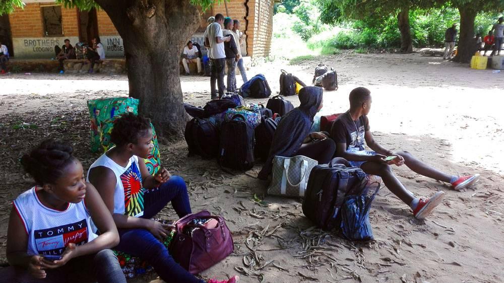 Deine Reiselust | Die Studierenden warten auf eine Mitfahrgelegenheit