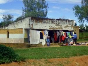 Deine Reiselust | Kleidungsladen in Livingstonia