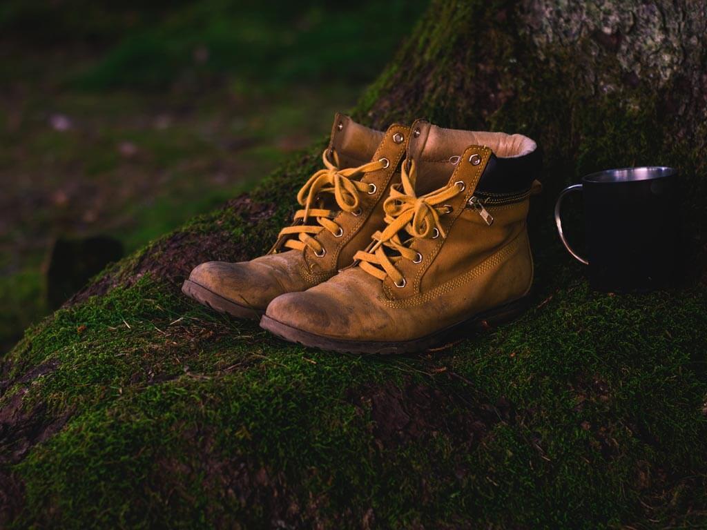 Wanderschuhe auf einer grünen Wiese. Wandervorbereitung für die 100 km in 24 Stunden Megamarsch Wander-Challenge.