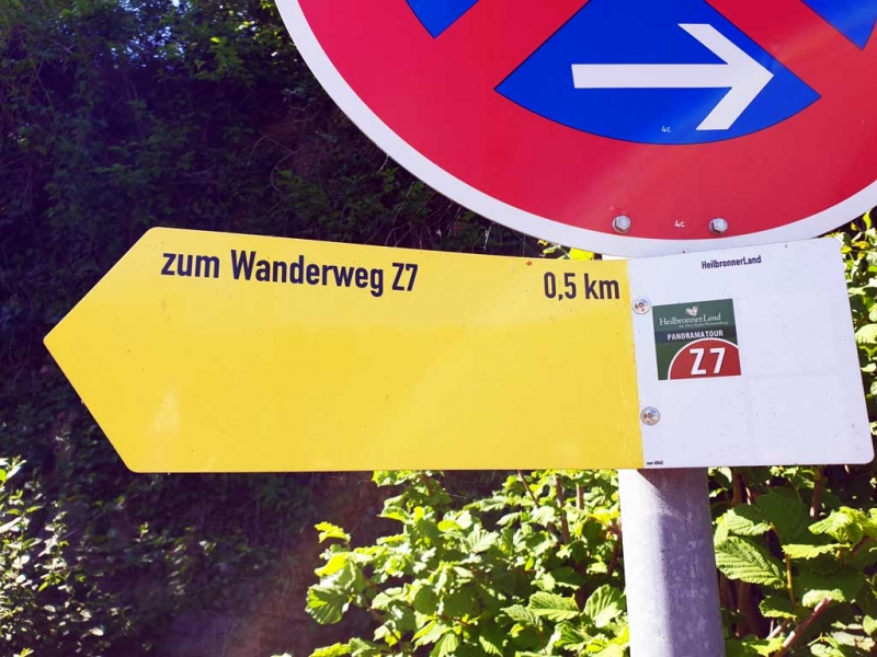 Wegweiser zum Wanderweg Z7